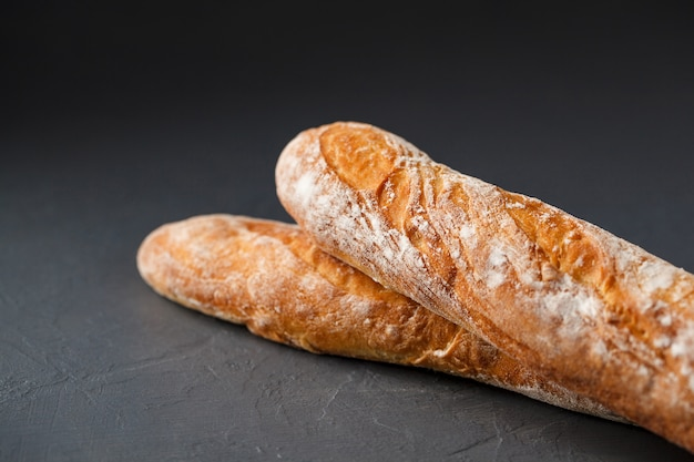 Bijgesneden foto van twee franse baguettes