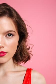 Bijgesneden foto van vrolijke jonge vrouw met rode lippen