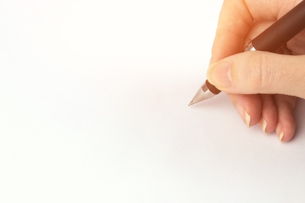 Bijgesneden hand schrijven op een witte achtergrond. iemands hand markering op checklist.