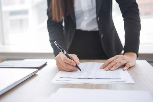 Bijgesneden oog van assistent werken met document