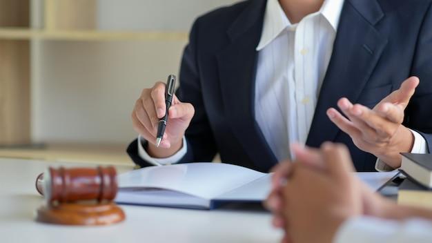 Bijgesneden opname van advocaten geven advies aan cliënten op het advocatenkantoor