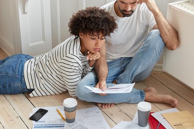 Bijgesneden opname van collega's plannen verbeterstrategie, werken productief, zijn betrokken bij het werkproces
