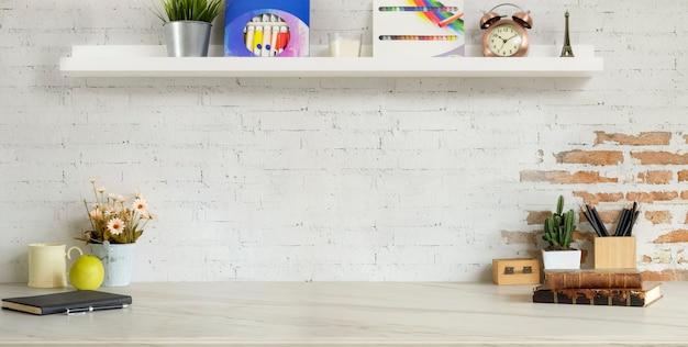 Bijgesneden opname van comfortabele designer werkplek met kantoorbenodigdheden en kopie ruimte op marmeren bureau en bakstenen muur