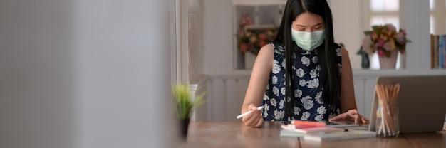 Bijgesneden opname van een jonge vrouw die een masker draagt om te voorkomen dat ze zelf coronavirus en luchtvervuiling krijgt
