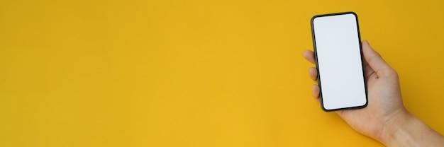 Bijgesneden opname van een man met leeg scherm smartphone Premium Foto