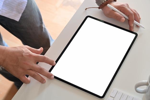Bijgesneden opname van een onherkenbare man met een tablet.