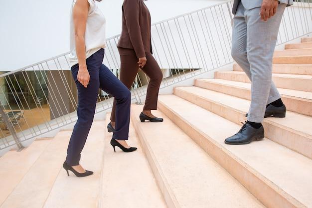 Bijgesneden opname van mensen uit het bedrijfsleven op stappen
