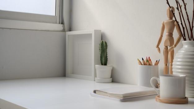 Bijgesneden opname van moderne werkplek met leeg scherm laptop, kopie ruimte en briefpapier