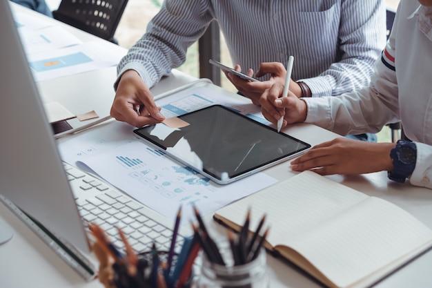 Bijgesneden opname van startende ux ui front-end ontwerpers die responsieve webinhoud of mobiele app tekenen met grafisch tablet .ux teamontwerpers schetsen prototype en draadframe-lay-out.