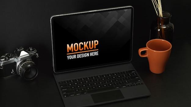 Bijgesneden opname van werktafel met laptop, camera, mok en decoraties, inclusief uitknippad