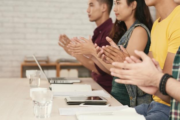 Bijgesneden rij mensen klappende handen in een pproval en ondersteuning
