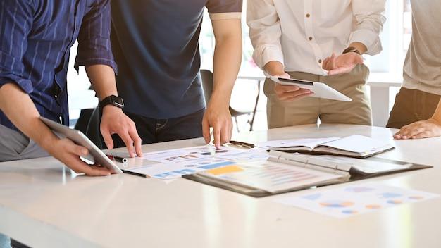 Bijgesneden schot start bedrijf met jonge zakenman overleg vergadering op werktafel.