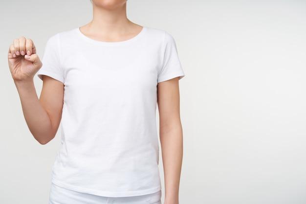 Bijgesneden schot van jonge vrouwelijke verhogen haar hand en ponting letter e met gebarentaal terwijl wordt geïsoleerd op witte achtergrond. menselijke hand en gebaren concept