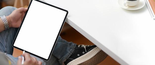 Bijgesneden schot van mannelijke ondernemer bezig met digitale tablet met stylus pen