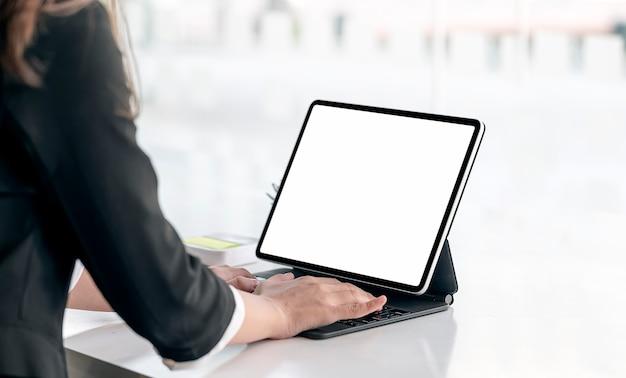 Bijgesneden schot van vrouw handen bezig met tablet met toetsenbord, kopie ruimte.