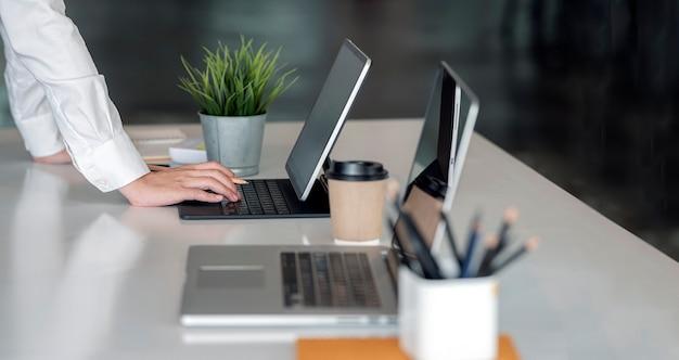Bijgesneden schot van zakenvrouw handen werken op tablet pc.