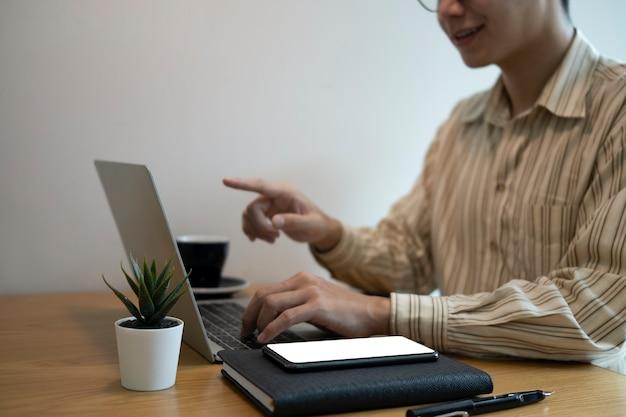 Bijgesneden shot zakenman werken met laptopcomputer.