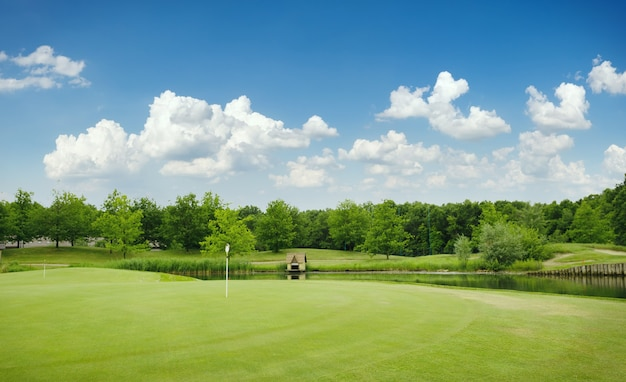 Bijgesneden veld en zandbunkers op golfbaan