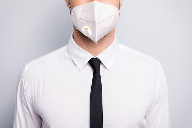 Bijgesneden vergrote weergave portret van zijn hij corporate guy werknemer dragen wit masker stop pandemie viraal syndroom longontsteking griep griep grippe griep gezondheidszorg geïsoleerde grijze kleur achtergrond