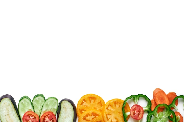 Bijgesneden verse groenten. geïsoleerde tomaten, komkommers, paprika's, aubergine. gezond eten, diëten, afslanken en gewichtsverlies concept geïsoleerd