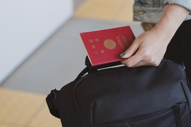 Bijgesneden vrouw met paspoorten en koffer