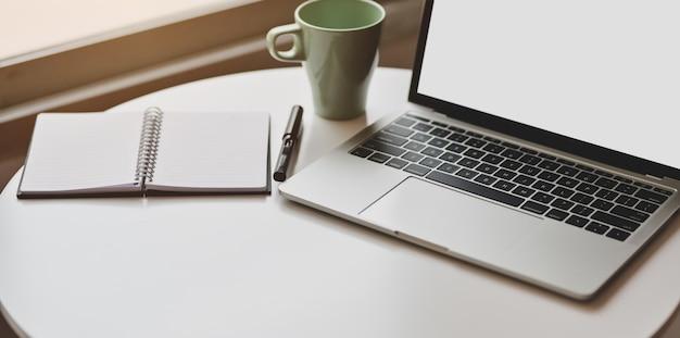 Bijgesneden weergave van minimale werkplek met open laptop met leeg scherm
