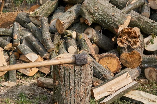 Bijl in hakblok en brandhout