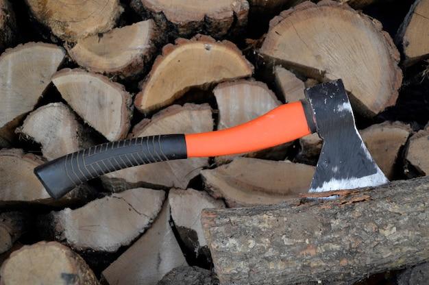 Bijl vast in een logboek en hout
