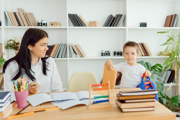 Bijlesdocent behandelt de kleuter, een echt interieur, het concept van kindertijd en leren