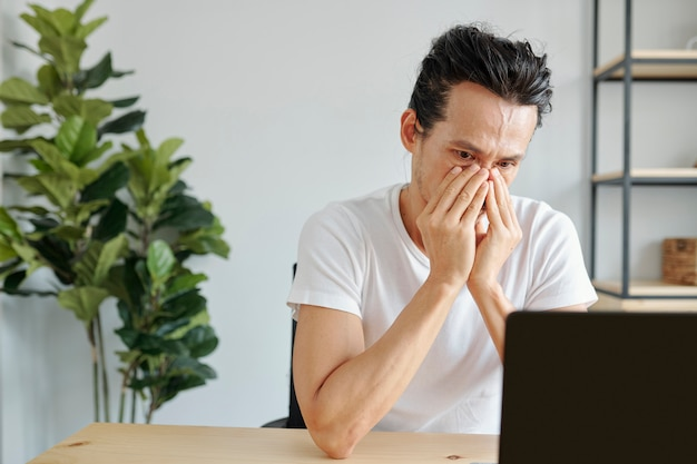 Bijna huilende man die e-mail leest