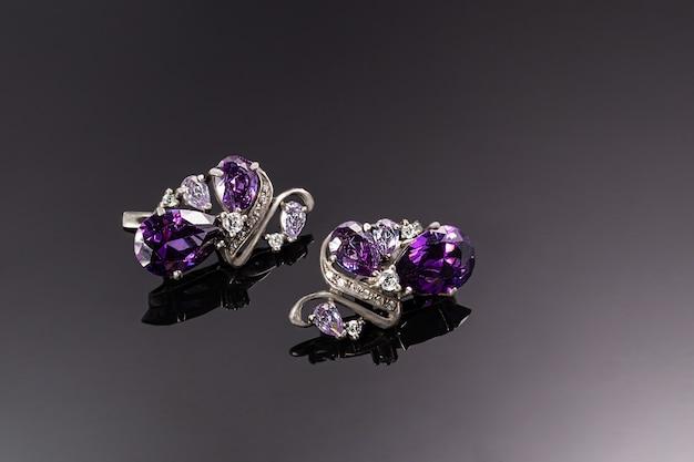 Bijouterie en sieraden op een donkere ondergrond. ringen, armbanden en hangers.