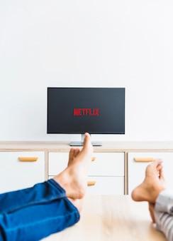 Bijsnijdpoten van echtpaar kijken naar netflix-serie