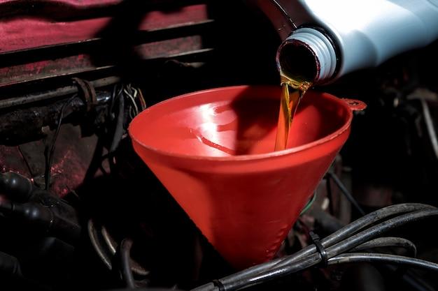 Bijtanken en gieten olie vul de olie in de motor, onderhoud en prestaties.