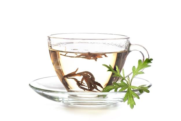 Bijvoet of artemisia annua groene bladeren en thee geïsoleerd op een witte achtergrond.