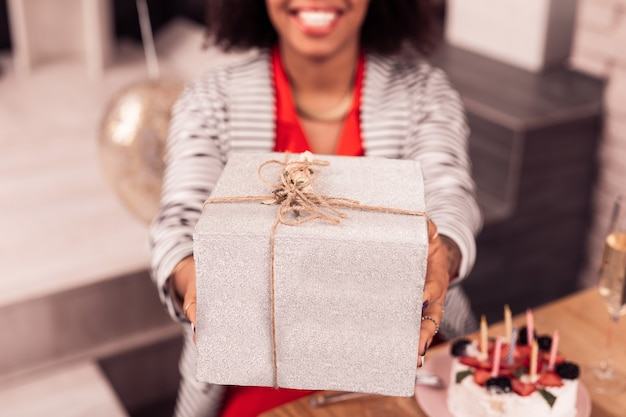 Bijzonder cadeau. selectieve focus van een mooie geschenkdoos die wordt gegeven aan een aangename, aardige vrouw