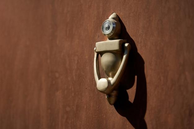 Bijzonder stijlvolle deurklopper in de vorm van een robot.