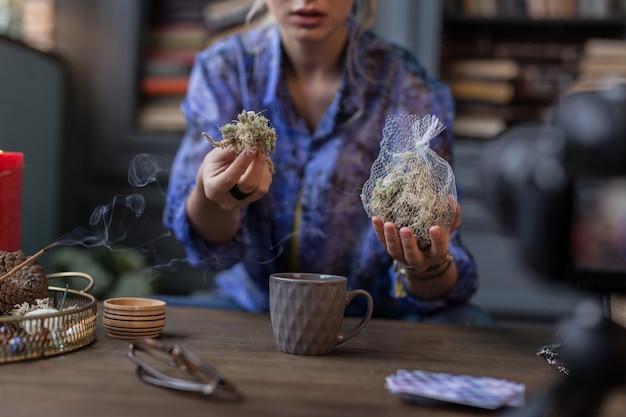 Bijzondere kruiden. selectieve focus van een zak met kruiden die tijdens het ritueel door een heks wordt vastgehouden