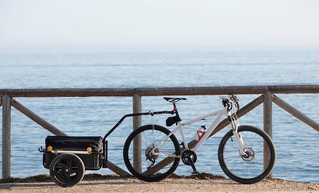 Bikepacking bagagerek met fiets zee achtergrond