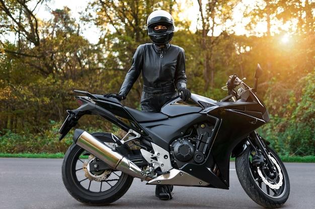 Biker meisje in de buurt van motorfiets