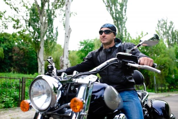 Biker op een motorfiets.