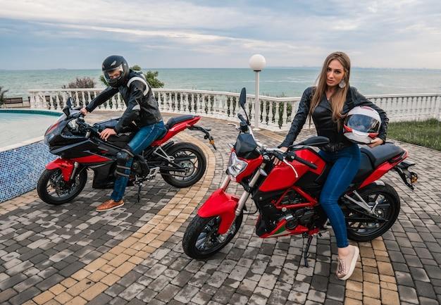 Biker paar man en vrouw op een zwarte en rode kleur sport motorfiets.