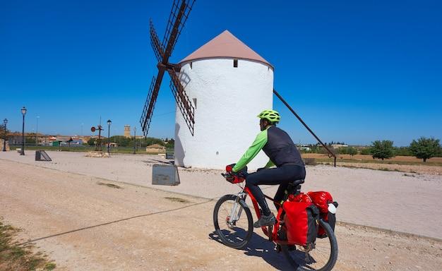 Biker-pelgrim door camino de santiago