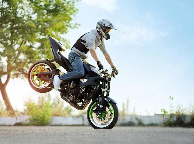 Biker rijden motorfiets
