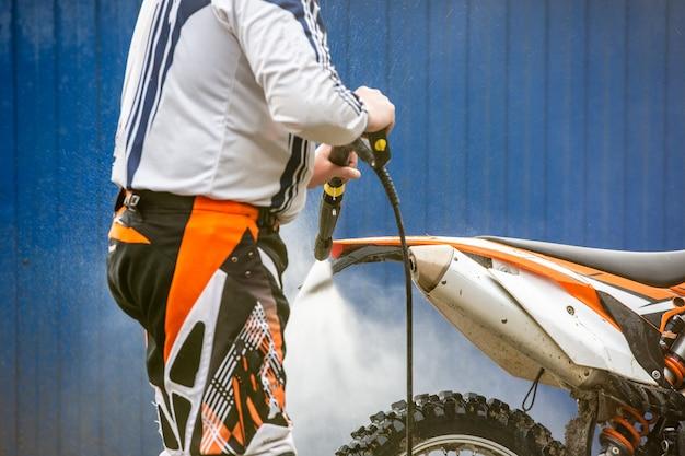 Biker wast een motorfiets