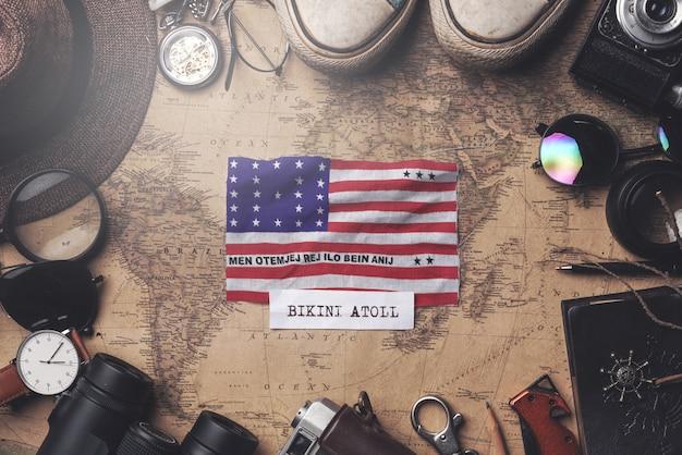 Bikinivlag tussen de accessoires van de reiziger op oude vintage kaart. overhead schot