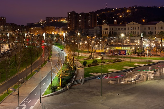 Bilbao, baskenland, spanje stadsgezicht bij nacht. horizontaal schot