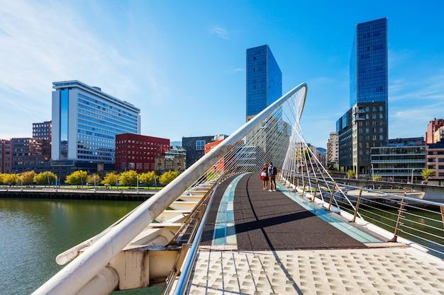 Bilbao, spanje - 28 september 2017: zubizuri-brug door de rivier de nervion in het centrum van bilbao, baskenland in noord-spanje