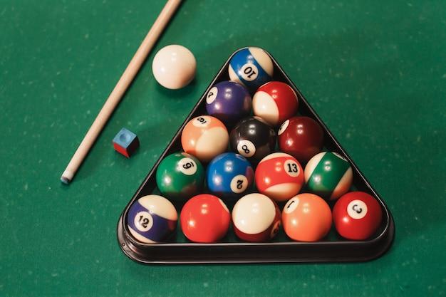 Biljartballen dichtbij keu en krijt.