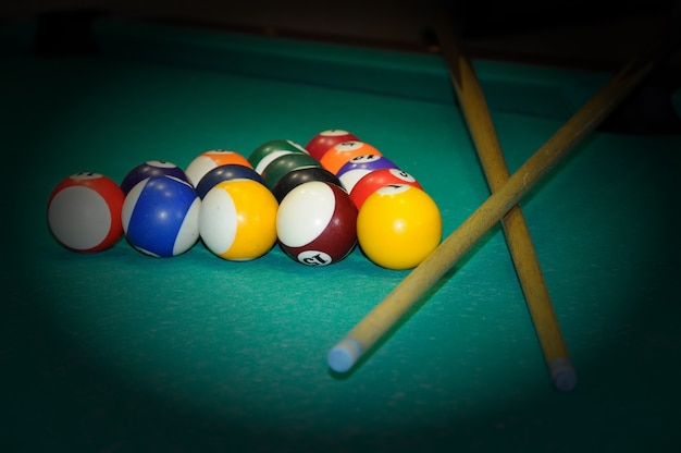 Biljartballen in een groene pooltafel