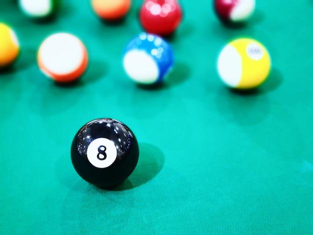 Biljartballen op een pooltafel